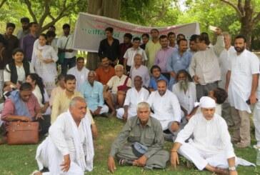 राजघाट पर किसानों के समर्थन में प्रार्थना सभा का आयोजन